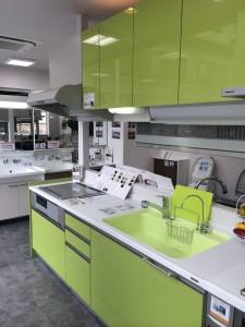 ライトグリーンの爽やかなキッチン