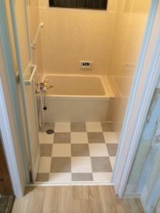 施工前:タイル貼りの浴室をパネルでユニットバス風に