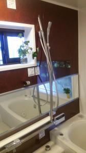 ワイドミラーで広々とした浴室にリフォーム