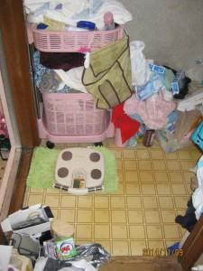 施工前:ウッド調の内装でナチュラルな印象の洗面脱衣所へ