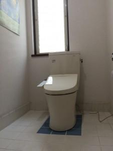 タイルを貼り替えたおしゃれなトイレ